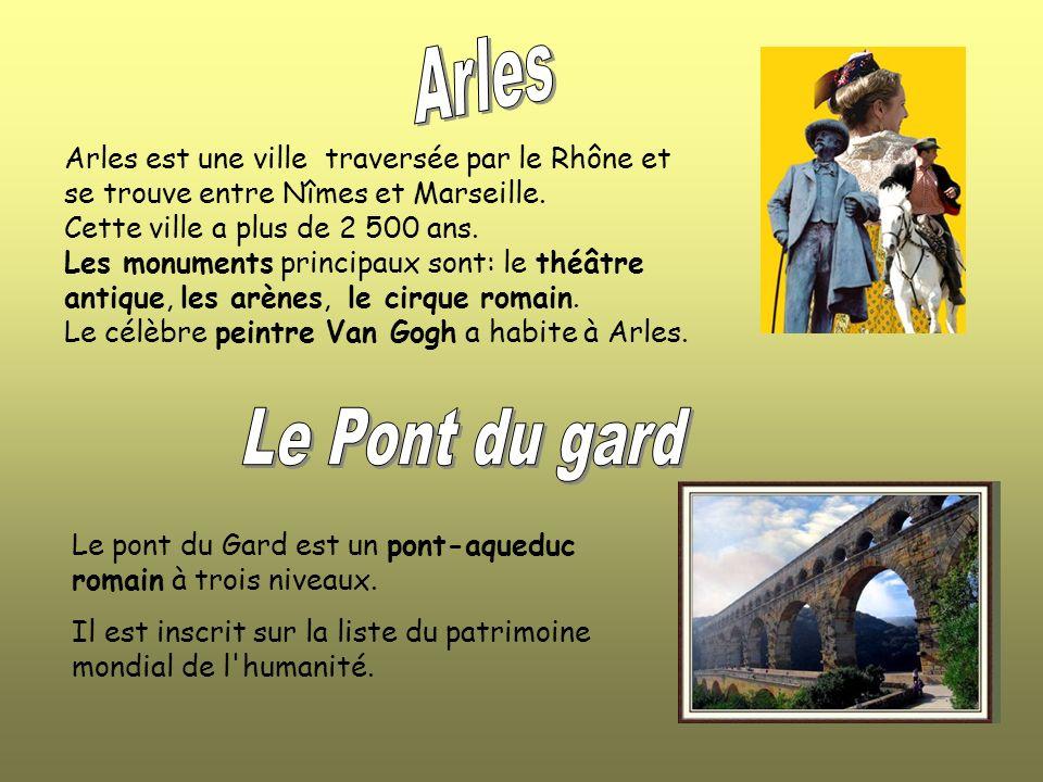 Arles est une ville traversée par le Rhône et se trouve entre Nîmes et Marseille.