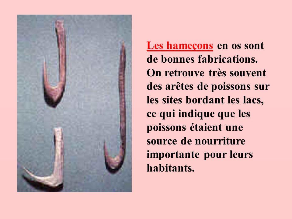 Les hameçons en os sont de bonnes fabrications. On retrouve très souvent des arêtes de poissons sur les sites bordant les lacs, ce qui indique que les