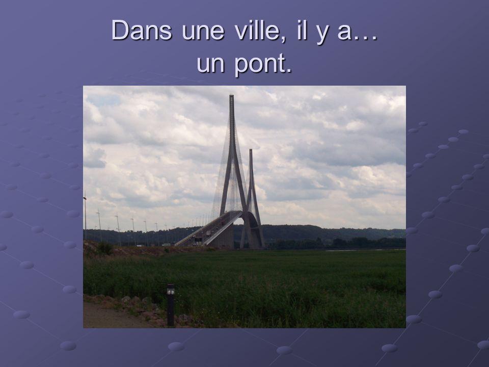 Dans une ville, il y a… un pont.