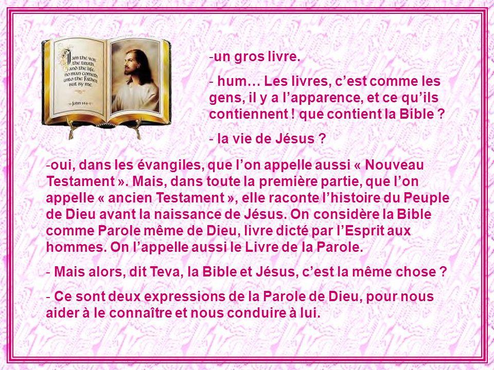 - Alors, à la messe, Jésus se donne à nous de deux façons : dans les textes que nous lit le prêtre dans le gros livre, et puis dans la communion .