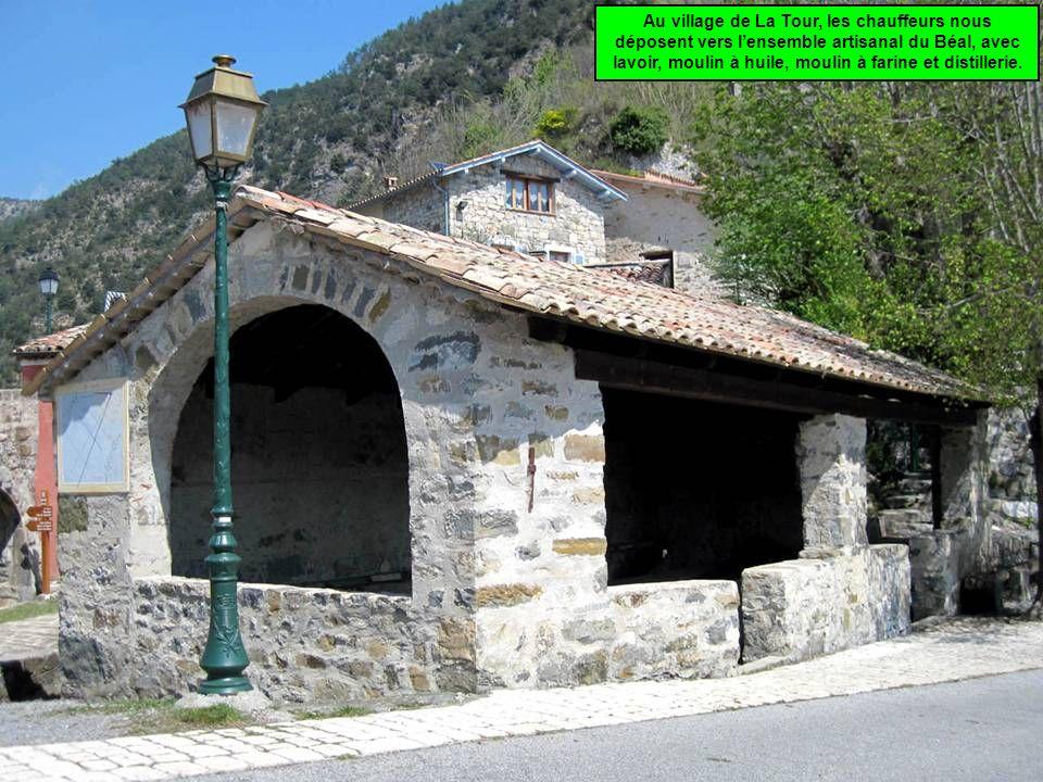 Au village de La Tour, les chauffeurs nous déposent vers lensemble artisanal du Béal, avec lavoir, moulin à huile, moulin à farine et distillerie.