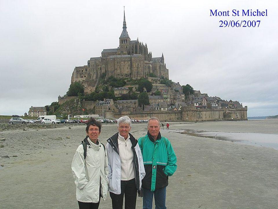 Le Mont Saint-Michel : vue du côté Sud-Est (le côté que le visiteur voit en arrivant au site) On peut remarquer sur cette image du haut en bas : la flèche de l église abbatiale puis le clocher.