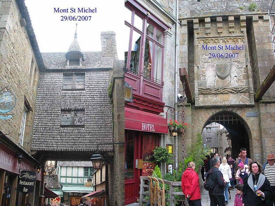 Lentrée dans le mont se fait par la plus ancienne des portes : La porte du roi, construite en 1435.