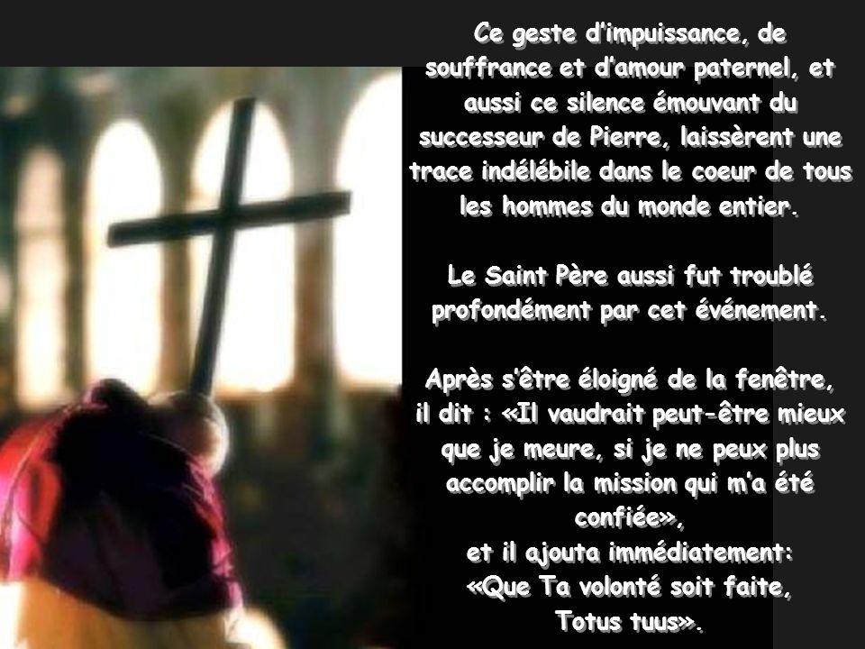 Ce geste dimpuissance, de souffrance et damour paternel, et aussi ce silence émouvant du successeur de Pierre, laissèrent une trace indélébile dans le coeur de tous les hommes du monde entier.