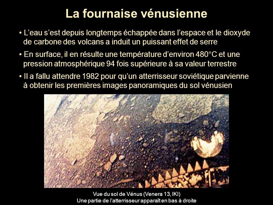 Vénus dévoilée Entre 1990 et 1994, la sonde Magellan a cartographié par technique radar la surface de Vénus Son relief a ainsi été révélé à partir de cartes et dimages en 3D Carte topographique de Vénus (Magellan, Nasa) La bande centrale rosée correspond à la région de hautes terres appelée Aphrodite Terra Surface de Vénus (Magellan, Nasa) avec un volcan à lhorizon et un cratère dimpact de près de 50 km La couleur restituée est inspirée de celle qui a été observée par les atterrisseurs soviétiques