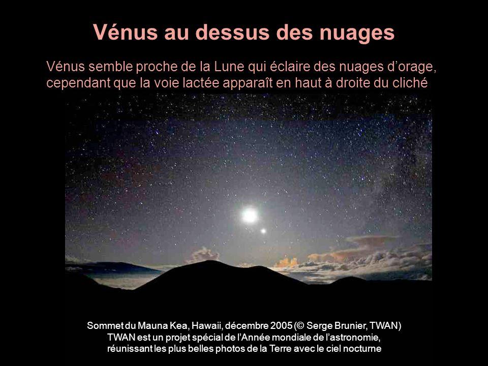 Vénus au dessus des nuages Vénus semble proche de la Lune qui éclaire des nuages dorage, cependant que la voie lactée apparaît en haut à droite du cli
