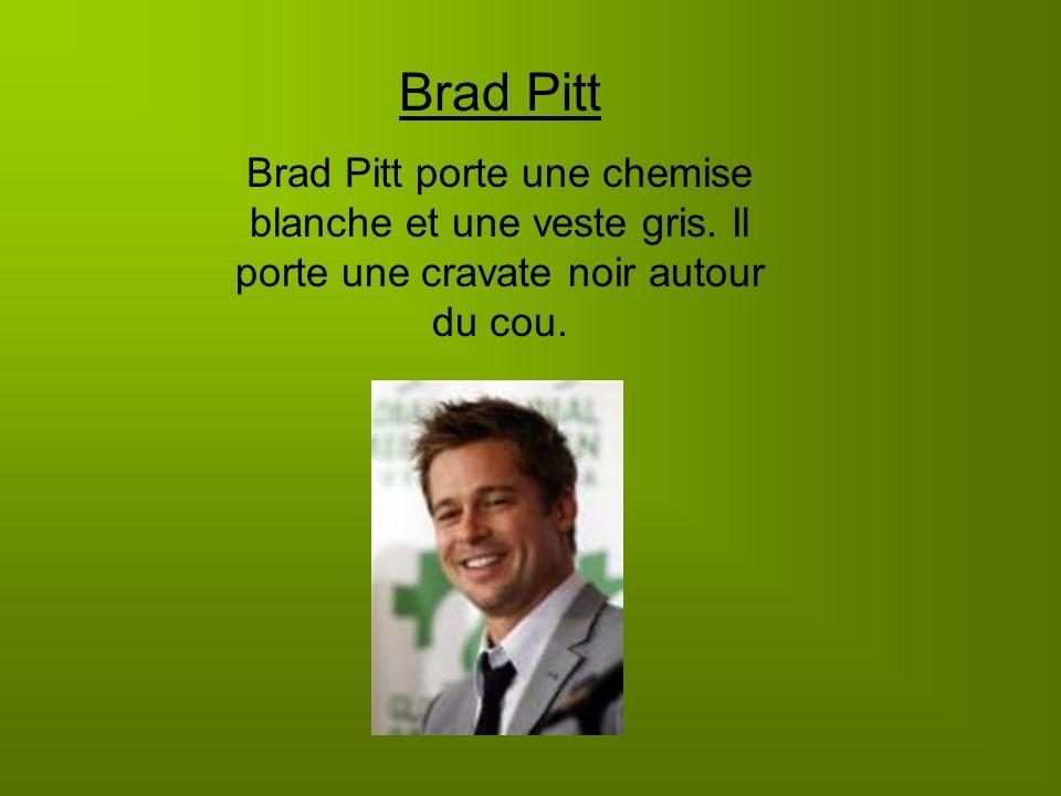 Brad Pitt Brad Pitt porte une chemise blanche et une veste gris. Il porte une cravate noir autour du cou.