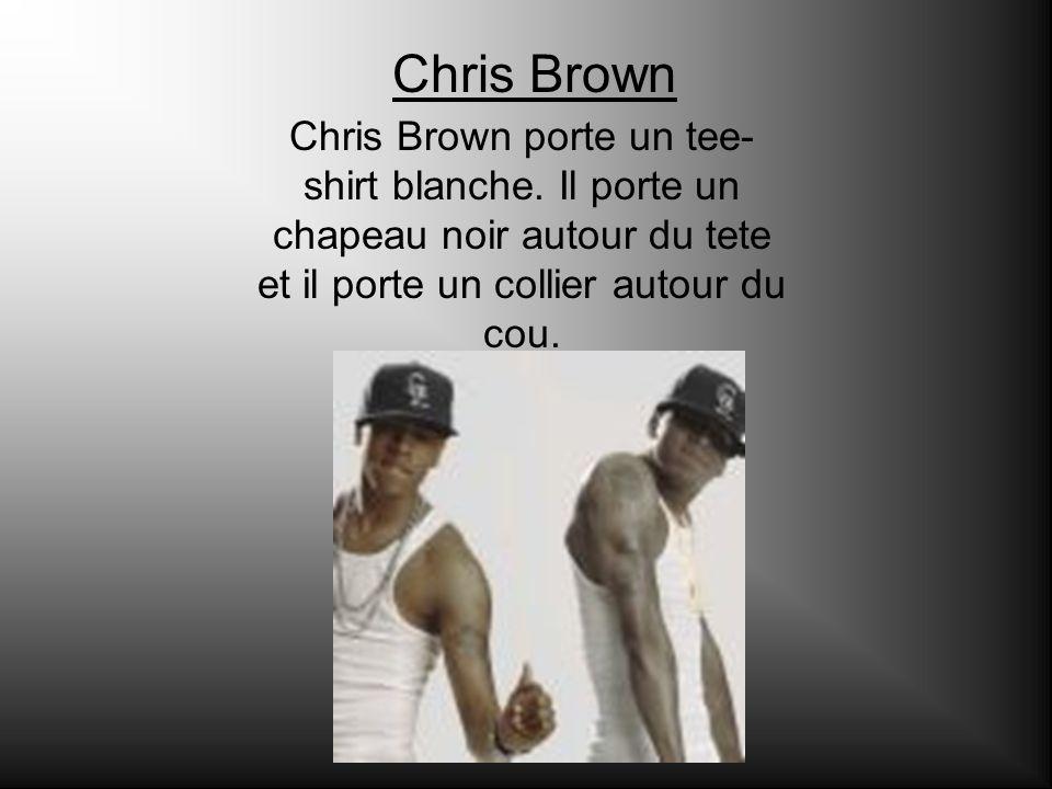 Chris Brown Chris Brown porte un tee- shirt blanche. Il porte un chapeau noir autour du tete et il porte un collier autour du cou.