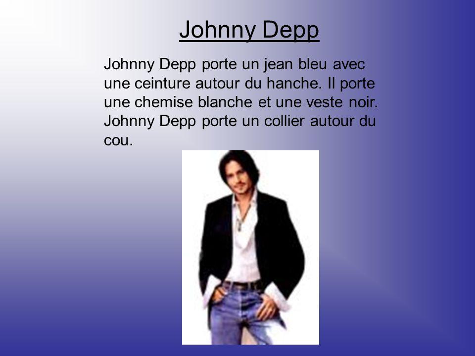 Johnny Depp Johnny Depp porte un jean bleu avec une ceinture autour du hanche. Il porte une chemise blanche et une veste noir. Johnny Depp porte un co