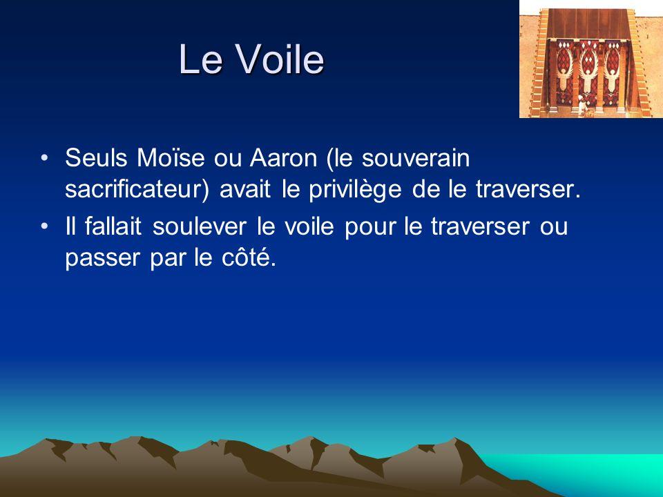 Le Voile Seuls Moïse ou Aaron (le souverain sacrificateur) avait le privilège de le traverser. Il fallait soulever le voile pour le traverser ou passe