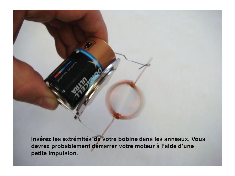Insérez les extrémités de votre bobine dans les anneaux.