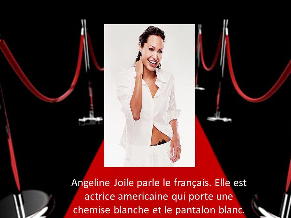 Angeline Joile parle le français. Elle est actrice americaine qui porte une chemise blanche et le pantalon blanc.
