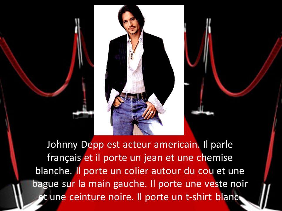 Johnny Depp est acteur americain. Il parle français et il porte un jean et une chemise blanche. Il porte un colier autour du cou et une bague sur la m