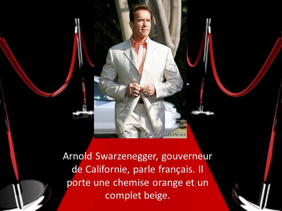 Arnold Swarzenegger, gouverneur de Californie, parle français. Il porte une chemise orange et un complet beige.