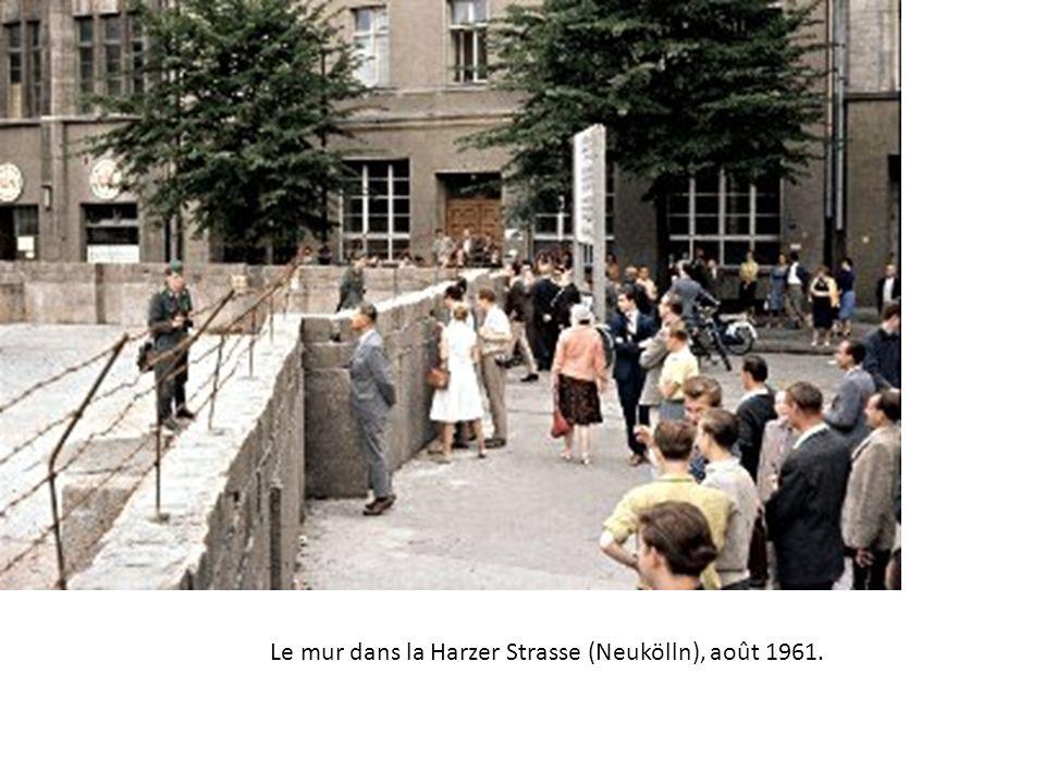 Le mur dans la Harzer Strasse (Neukölln), août 1961.