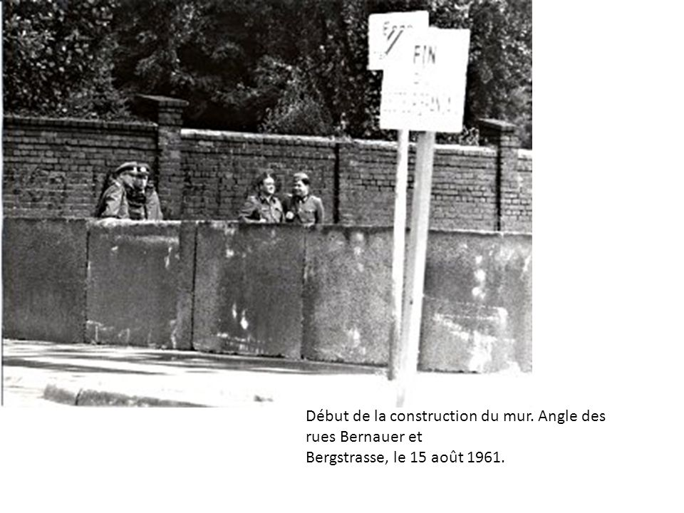 Début de la construction du mur. Angle des rues Bernauer et Bergstrasse, le 15 août 1961.