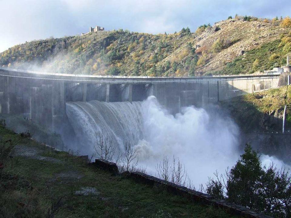 des tonnes de détritus s accumulent contre le mur du barrage des tonnes de détritus s accumulent contre le mur du barrage