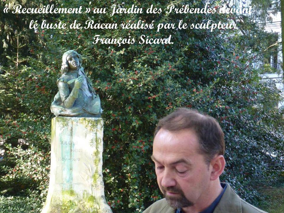 « Recueillement » au Jardin des Prébendes devant le buste de Racan réalisé par le sculpteur François Sicard.