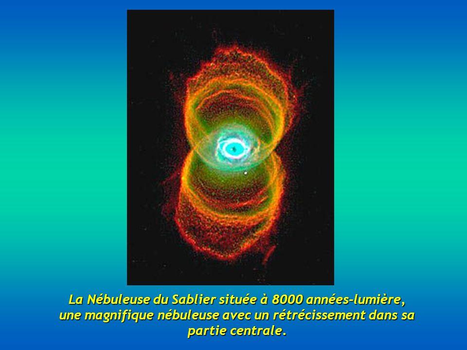 La Nébuleuse du Sablier située à 8000 années-lumière, une magnifique nébuleuse avec un rétrécissement dans sa partie centrale.