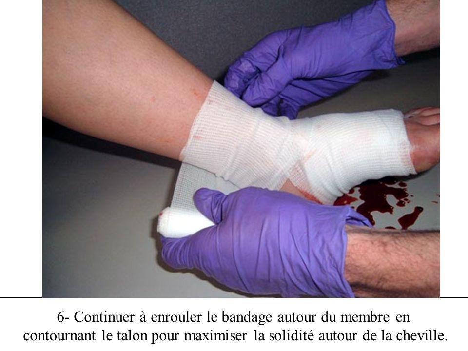 6- Continuer à enrouler le bandage autour du membre en contournant le talon pour maximiser la solidité autour de la cheville.