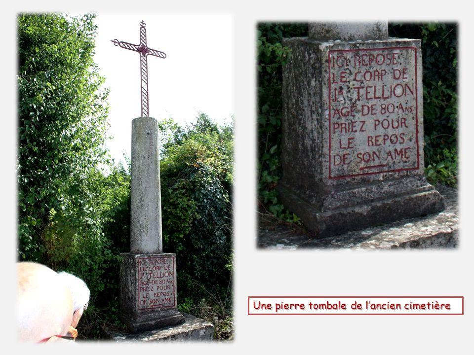 Une pierre tombale de lancien cimetière
