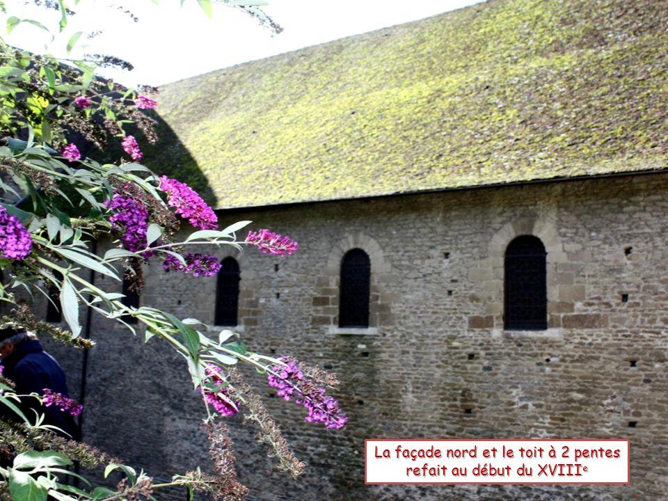 La façade nord et le toit à 2 pentes refait au début du XVIII e
