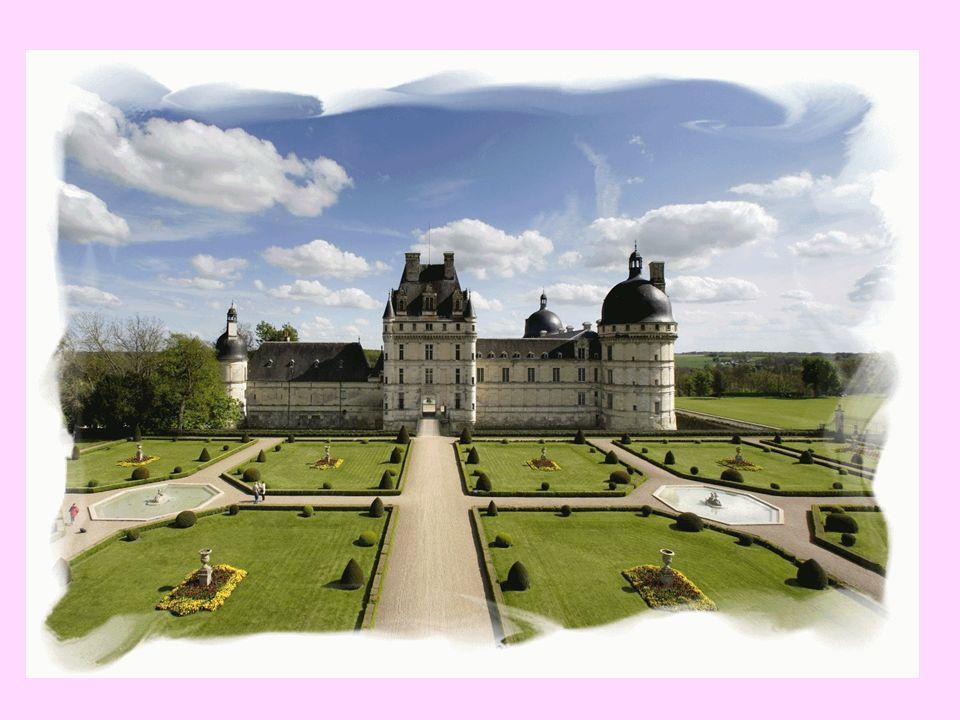 Lhistoire du château sanime à travers le Grand Labyrinthe de Napoléon, le plus grand de France, un véritable lieu de divertissement culturel, ludique et interactif.