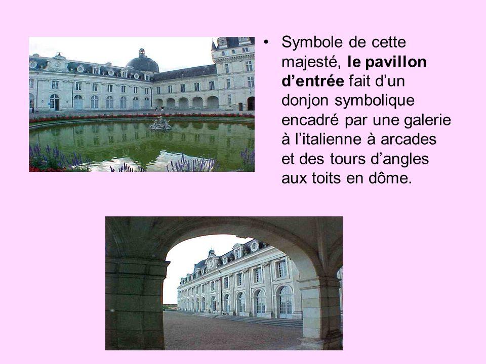Symbole de cette majesté, le pavillon dentrée fait dun donjon symbolique encadré par une galerie à litalienne à arcades et des tours dangles aux toits en dôme.