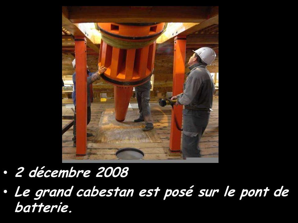 Le petit cabestan est placé sur le gaillard d'avant et sa partie inférieure repose sur le pont de batterie.Novembre 2008