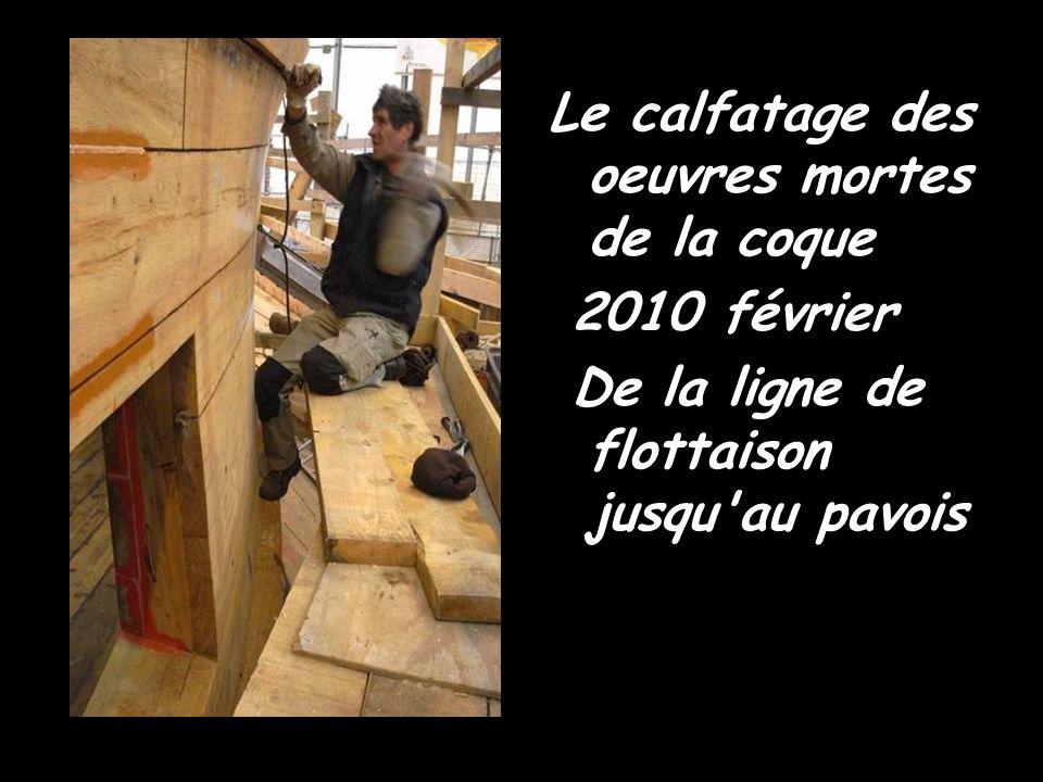 Octobre 2009 : L'Hermione redore son blason Une doreuse au travail sur le chantier