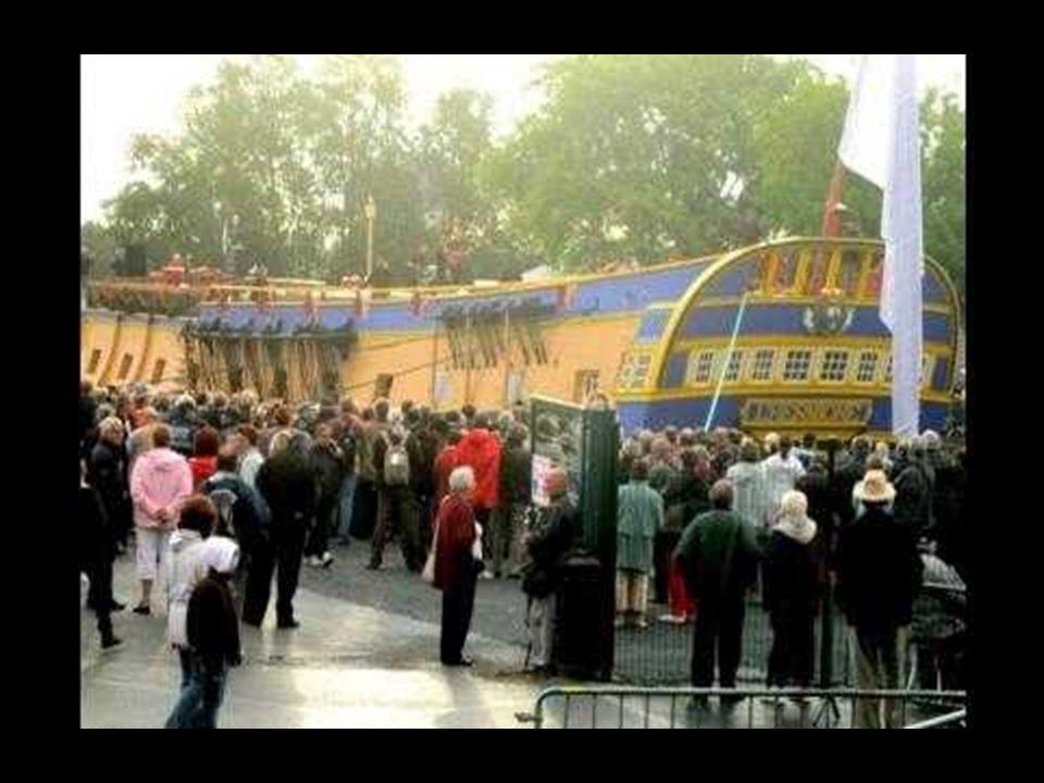 Vendredi 6 Juillet 2012 :C'est donc peu avant 20h que l'Hermione a quitté la double forme de radoub de l'arsenal Louis XIV où la coque était en chanti