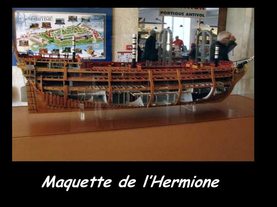 Octobre 2009 : L Hermione redore son blason Une doreuse au travail sur le chantier