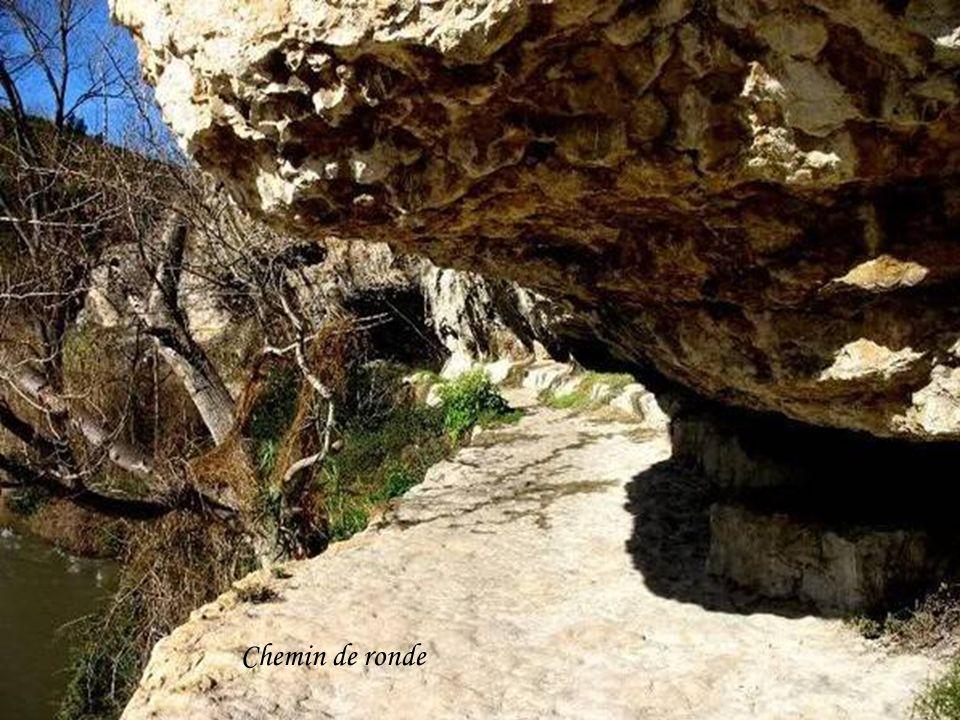 Descente par le chemin de ronde dans le canyon du Brian.