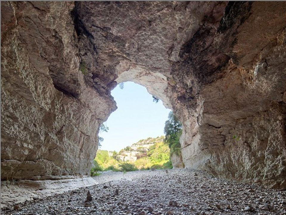 En été, sous les ponts naturels la Cesse est à sec.