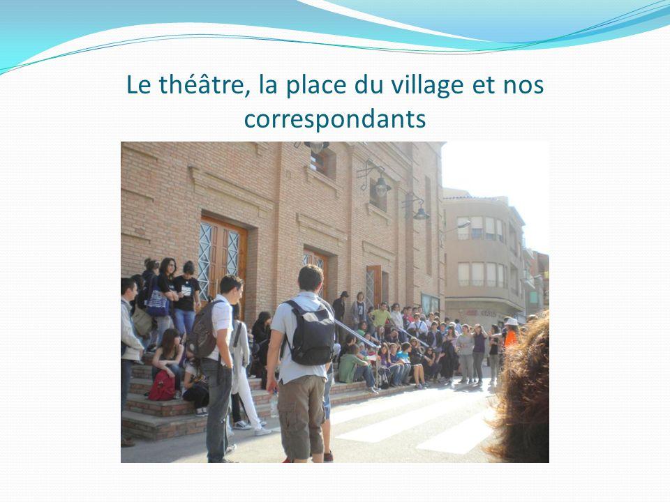 Le théâtre, la place du village et nos correspondants