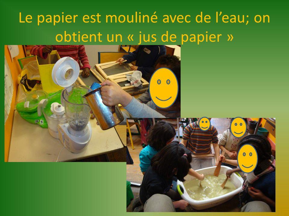 Le papier est mouliné avec de leau; on obtient un « jus de papier »