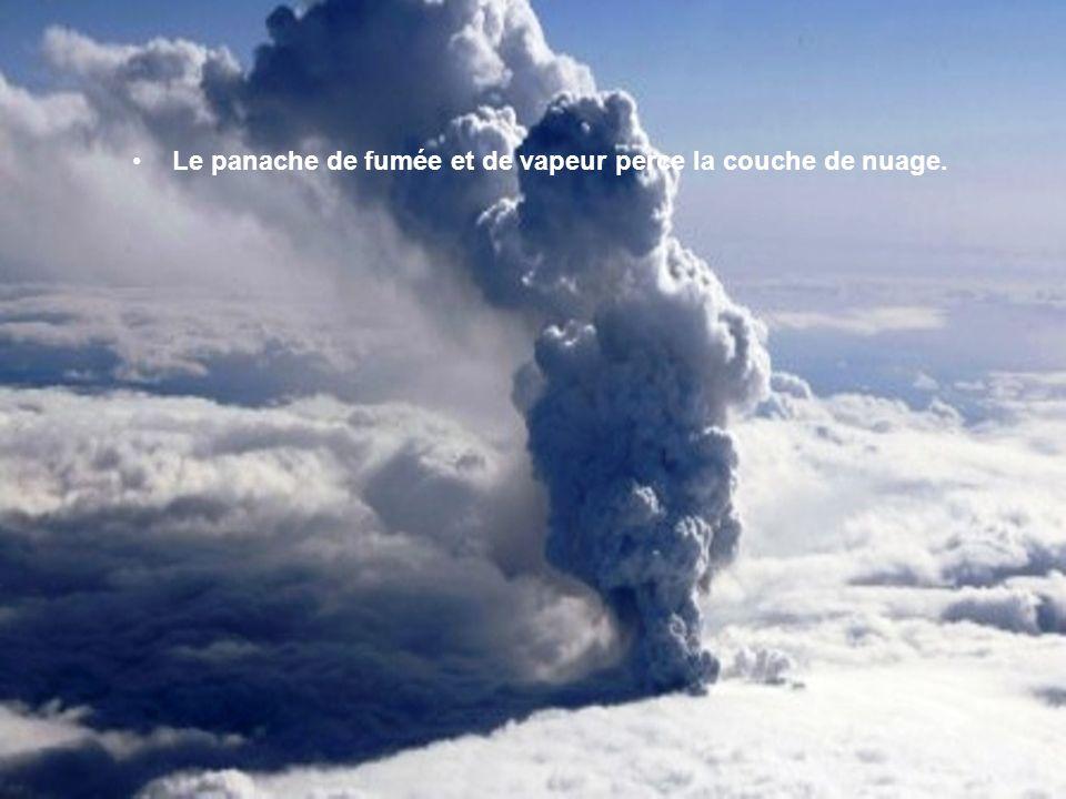 Image satellite du site de léruption du volcan Eyjafjallajoekull situé en Islande prise le 15 avril 2010, expulsant dans latmosphère un énorme nuage d
