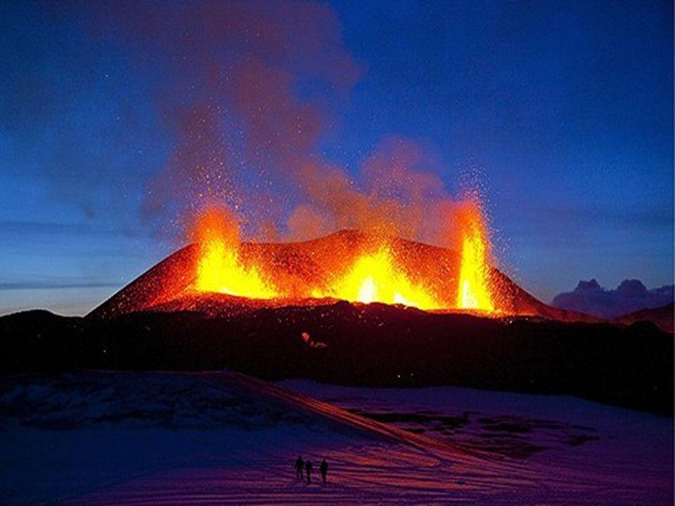 C'est la première fois depuis 1823 qu'un volcan situé sous le glacier Eyjafjallajokull entre en activité.