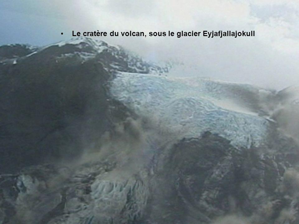 Vue aérienne du volcan entré en éruption au sommet du glacier Eyjafjallajokull, dans le sud de l'Islande, mercredi 14 avril 2010
