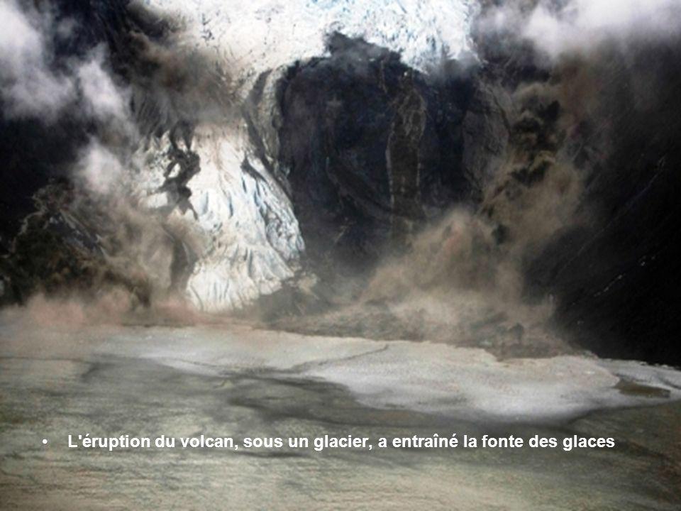 Le cratère du volcan, sous le glacier Eyjafjallajokull