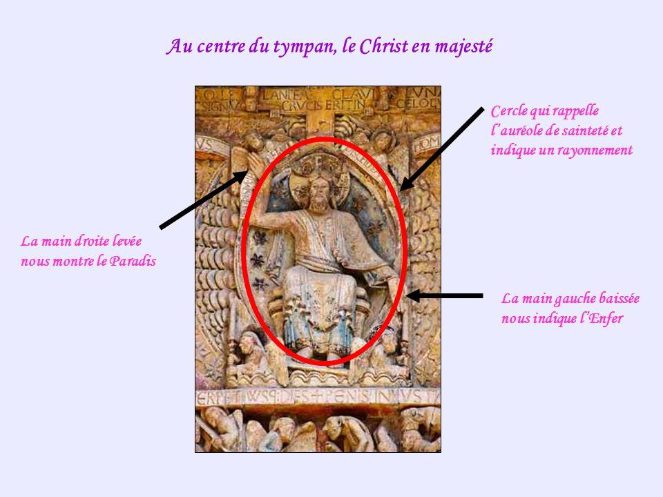 Au centre du tympan, le Christ en majesté Cercle qui rappelle lauréole de sainteté et indique un rayonnement La main droite levée nous montre le Parad