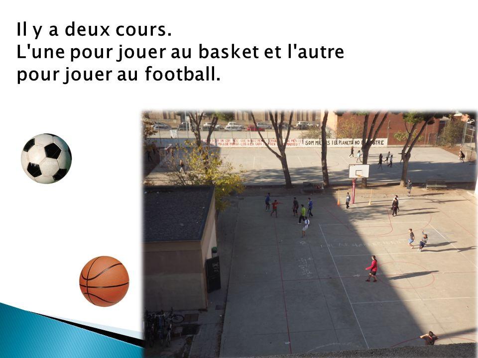 Il y a deux cours. L une pour jouer au basket et l autre pour jouer au football.