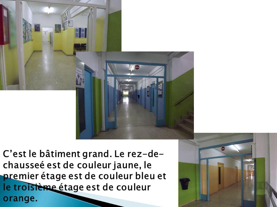 Cest le bâtiment grand. Le rez-de- chausseé est de couleur jaune, le premier étage est de couleur bleu et le troisième étage est de couleur orange.