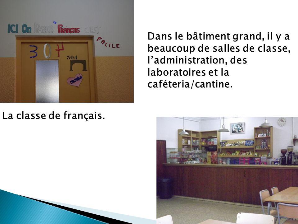Dans le bâtiment grand, il y a beaucoup de salles de classe, ladministration, des laboratoires et la caféteria/cantine. La classe de français.