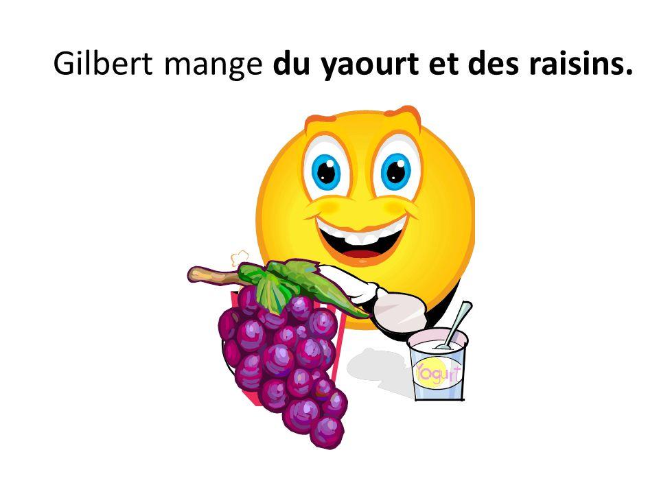 Gilbert mange du yaourt et des raisins.