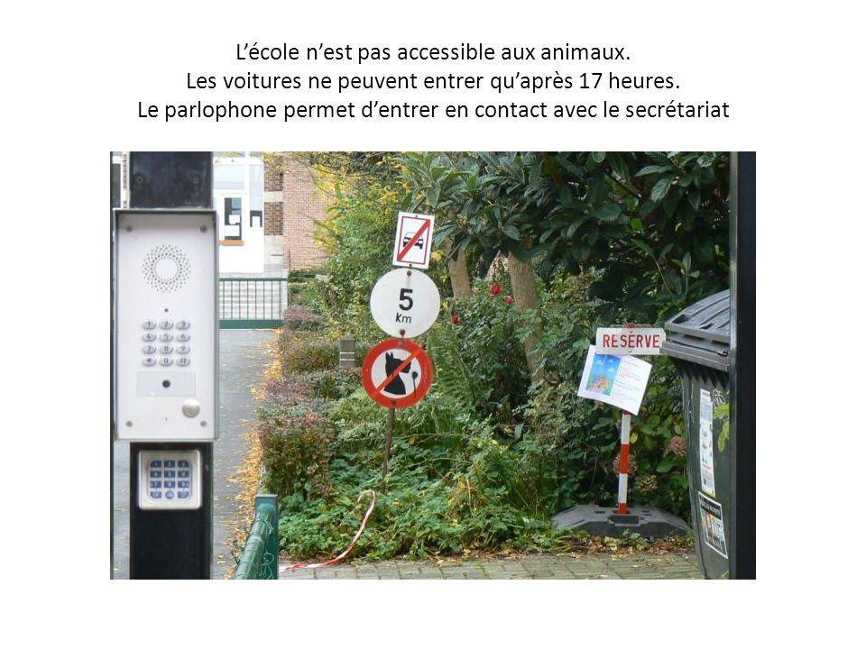 Lécole nest pas accessible aux animaux. Les voitures ne peuvent entrer quaprès 17 heures.