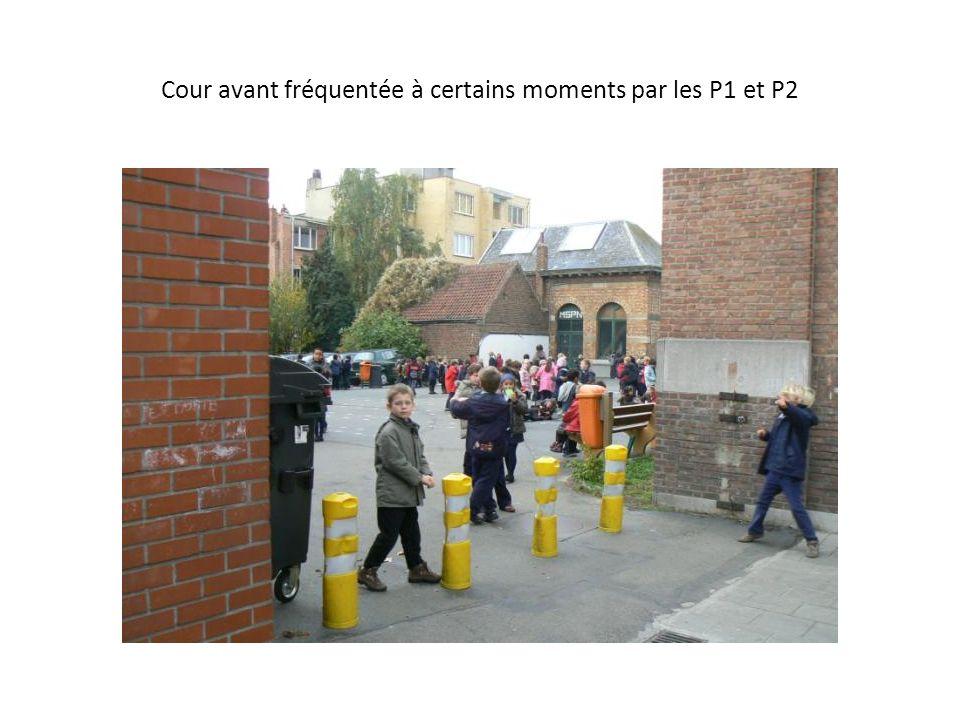 Cour avant fréquentée à certains moments par les P1 et P2