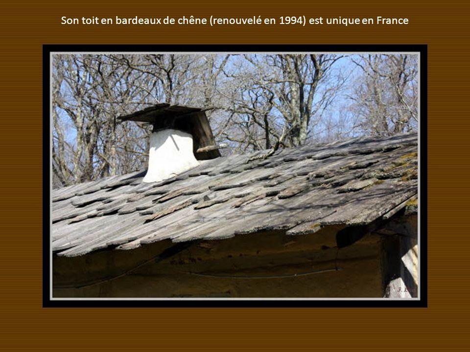 Son toit en bardeaux de chêne (renouvelé en 1994) est unique en France