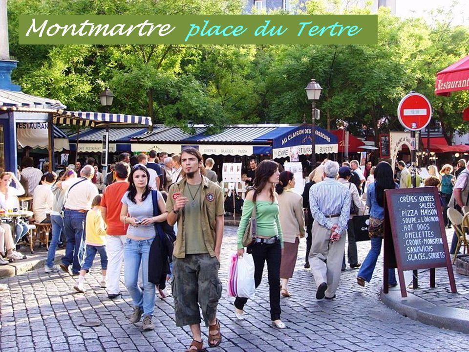 Montmartre Artistes des rues Orgues de Barbarie jouant.. Edith Piaf Place du Tertre, artistes peintre