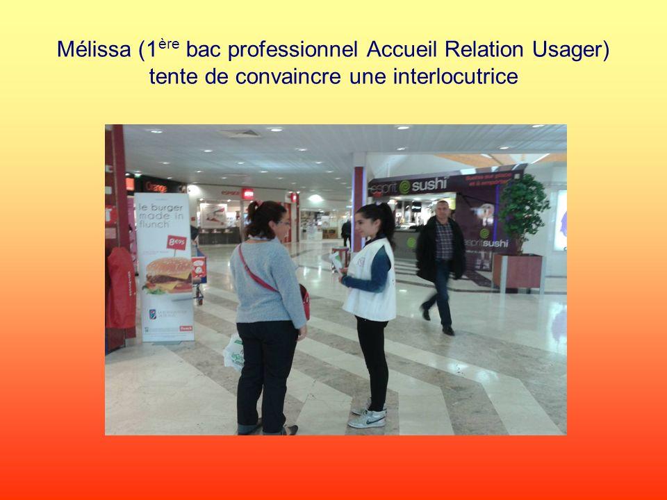 Mélissa (1 ère bac professionnel Accueil Relation Usager) tente de convaincre une interlocutrice